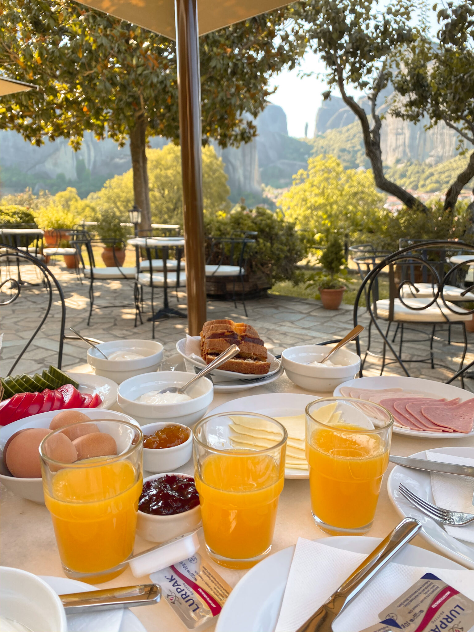 Breakfast is served in the courtyard of the hotel with the most beautiful view of Kalambaka.